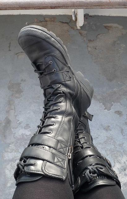 Mon amie Sabine / My friend Sabine -  Bottes élégantes et pose sexy / Elegant boots and sexy stance -  Avec / with permission.