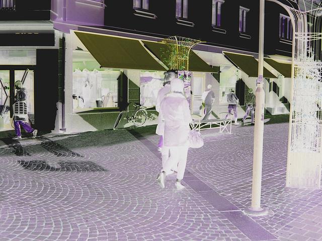 Expresso house Swedish duo - Flat boots and high heels /  Piétonnes suédoises - talons hauts et bottes à talons plats -   Ängelholm - 23-10-2008- Négatif RVB