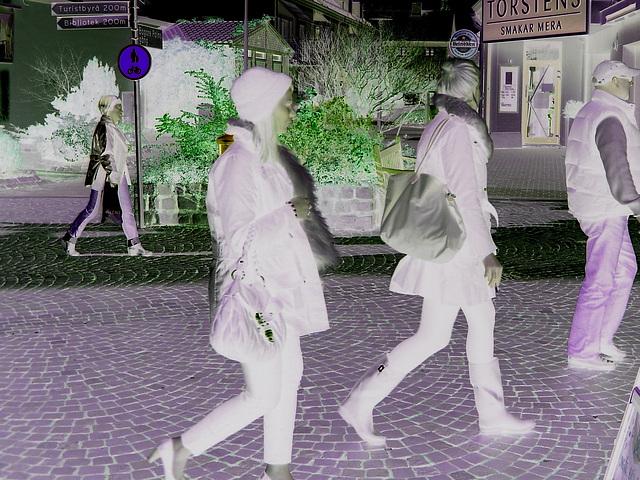 Expresso house Swedish duo - Flat boots and high heels /  Piétonnes suédoises - talons hauts et bottes à talons plats -   Ängelholm - 23-10-2008 - Négatif RVB
