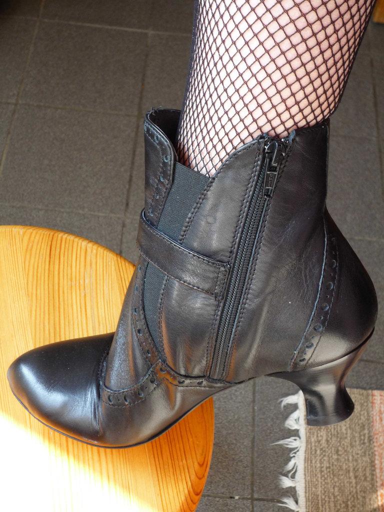 Mon amie Sabine / My friend Sabine -  Bottines de cuir à talons hauts et mollets sexy /  Sexy calves and short high-heeled boots -  Avec / with permission.