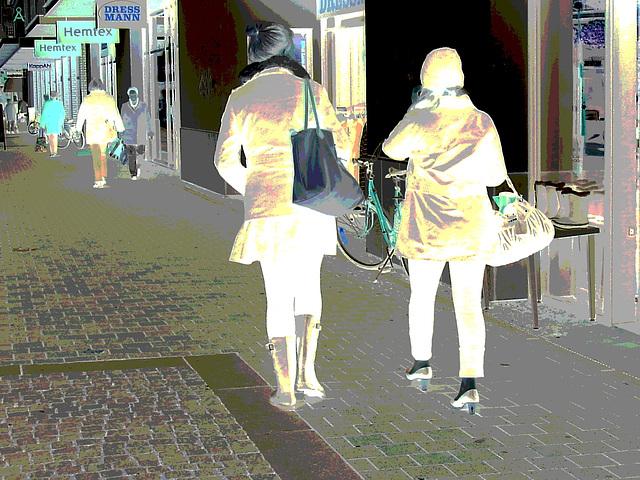 Expresso house Swedish duo - Flat boots and high heels /  Piétonnes suédoises - talons hauts et bottes à talons plats -   Ängelholm - 23-10-2008   - Négatif postérisé