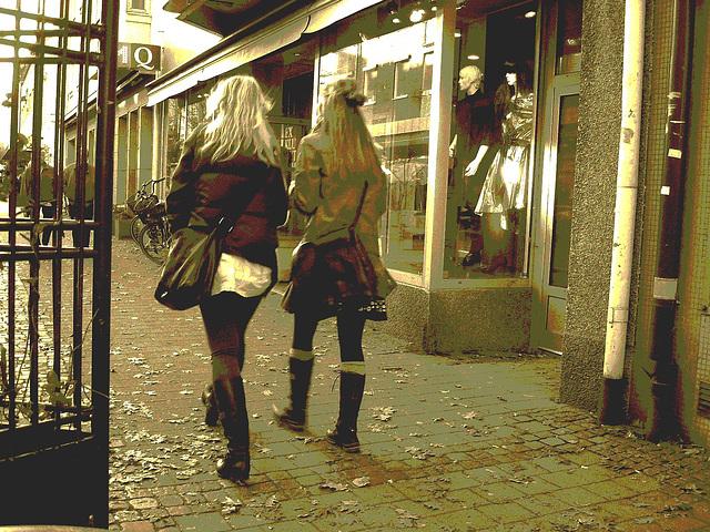 Déesses suédoises / MQ Swedish Booties walking on autumn leaves /    Ängelholm / Suède - Sweden.  23 octobre 2008  - Sepia postérisé