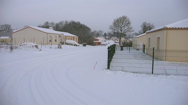 Strato de Esperanto en Moutiers-les-Mauxfaits sub neĝo, 6an de januaro 2010.