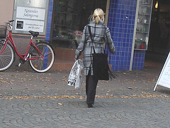 Blonde Salongema en bottes à talons hauts/ November Salongerna blond Lady in high-heeled Boots - Ängelholm /    Suède - Sweden.  23 octobre 2008