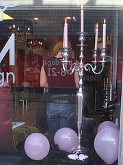 Candelabra eyesight /  Mauve balloons and readhead swedish Lady in jeans /  Assortiment de jeans et ballons mauves.