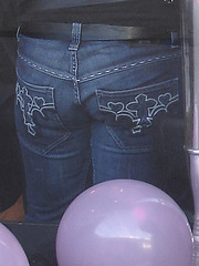 Candelabra eyesight /   Mauve balloons and readhead swedish Lady in jeans /  Assortiment de jeans et ballons mauves