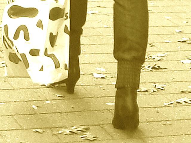 Maman MQ en bottes à talons hauts /  MQ Swedish Mom in high-heeled boots  /    Ängelholm / Suède - Sweden.  23 octobre 2008- Sepia