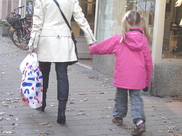 Maman MQ en bottes à talons hauts /  MQ Swedish Mom in high-heeled boots  /    Ängelholm / Suède - Sweden.  23 octobre 2008