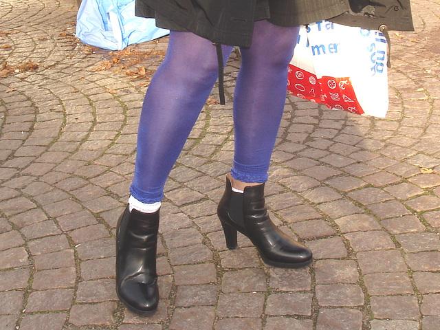 La Dame blonde Hoss Oss Fär en bottines sexy à talons hauts /  -  Hoss Oss Fär Swedish blonde mature in short high-heeled Boots - Version éclaircie