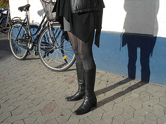 La Dame ICA en mini-jupe et bottes sexy avec permission /   ICA shadow Lady in miniskirt and sexy boots with permission - Photo originale