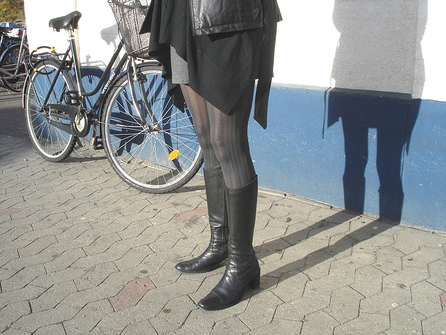 La Dame ICA en mini-jupe et bottes sexy avec permission /   ICA shadow Lady in miniskirt and sexy boots with permission - Ängelholm / Suède - Sweden.    23-10-2008  - Version éclaircie /   Avec / With
