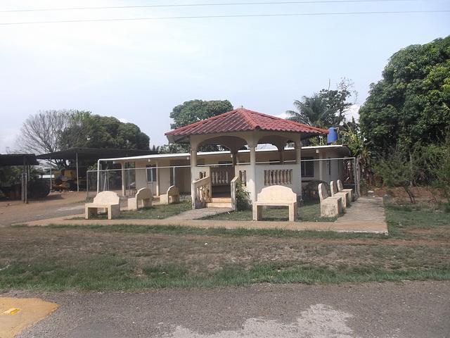 Free benches spot / Zone de bancs libres.