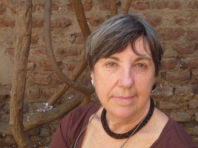 María Inés en el patio