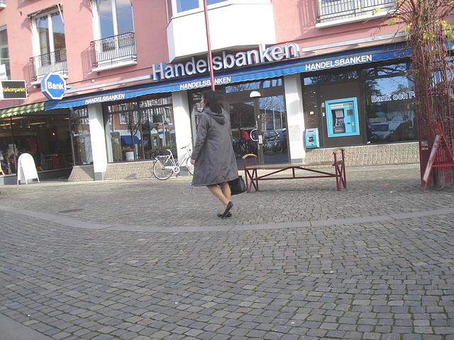 Handlesbanken sabrinas Lady /  La Dame Handlesbanken aux souliers plats -  Ängelholm / Suède - Sweden.  23 octobre 2008