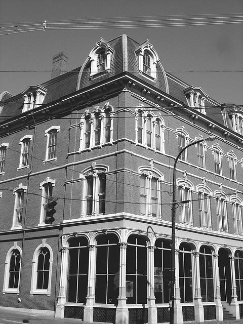 Austérité architecturale /  Architectural harshness  -  Portland, Maine - USA .  11 octobre 2009- N & B