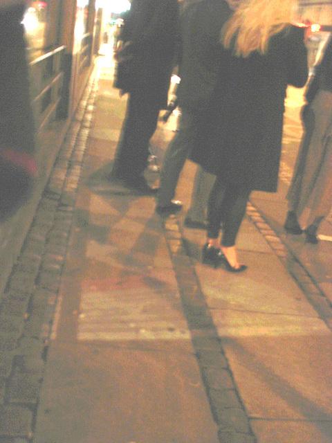 Blurry Danish blond Lady in black high heels shoes /  Copenhague -  25 octobre 2008 / version  Éclaircie