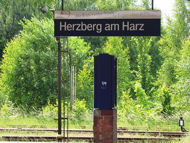 Fervoja nomŝildo en la Esperanto-urbo Herzberg am Harz