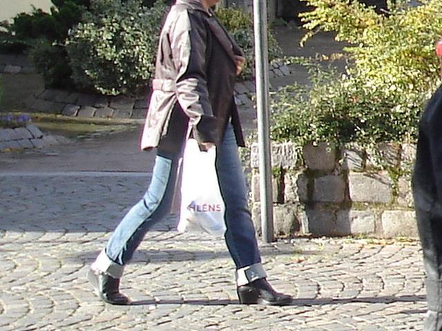 Dame d'âge mur en jeans et bottes à talons trapus /  Mature in rolled-up jeans and chunky heeled boots - Ängelholm / Suède - Sweden.  23 octobre 2008