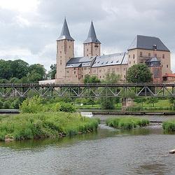 Rivero Mulde kun la kastelo de Rochlitz