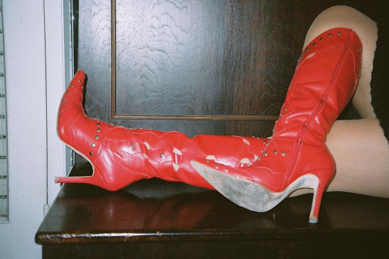 Mon amie / My friend Roxy avec / with permission - Bottes rouges à talons hauts / Red high-heeled boots.