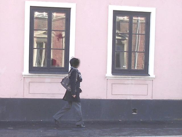 Reflets de fenêtres jumelles et jolie Dame asiatique en bottes sexy / Twin windows reflections Asian Lady in sexy boots -  - Ängelholm / Suède - Sweden.  23-10-2008 - Bombe facial /  Spray paint face