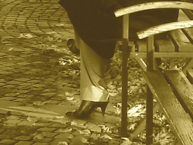 Jolie rouquine Sony en talons hauts / Sony infinity perfekt readhead Lady in high heels shoes  - Ängelholm / Suède - Sweden.  23-10-2008- Sepia