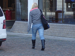 La jeune blonde Synsam en bottes à talons hauts moyens / Synsam Swedish blond Lady in tight heans with sexy low-heeled Boots - Ängelholm / Suède - Sweden.  23-10-2008