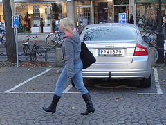 La jeune blonde Synsam en bottes à talons hauts moyens / Synsam Swedish blond Lady in tight heans with sexy low-heeled Boots - Ängelholm / Suède - Sweden.