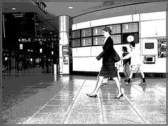 Hôtesse de l'air bien chaussée. /  Tall & slim beautiful flight attendant in high heels - Aéroport de Montréal- 18 octobre 2008 - N & B postérisé