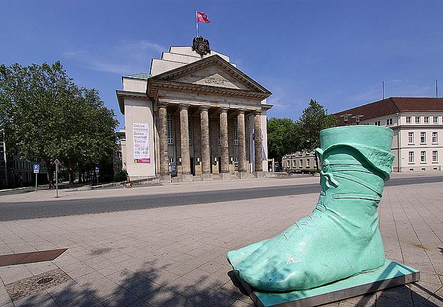 20100624 6055WSw [D~LIP] Landestheater Detmold, Hermanns (Denkmal) Fuss