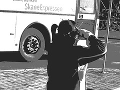 La jeune Dame SkaneExpressen en jupe courte et bottes à talons plats / SkaneExpressen pony tail Lady in short skirt and sexy flat boots  Ängelholm / Suède- Sweden .  23-10-2008- N & B postérisé
