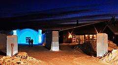 Blick auf den Eingang zum Eishotel - Entrance of the Icehotel