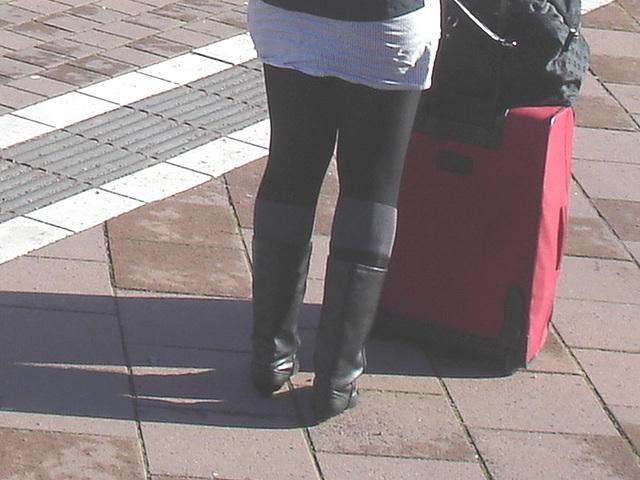 La jeune Dame SkaneExpressen en jupe courte et bottes à talons plats / SkaneExpressen pony tail Lady in short skirt and sexy flat boots  Ängelholm / Suède- Sweden .  23-10-2008 - Version éclaircie