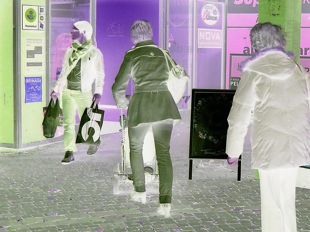 Maman blonde Skivmassa en bottes à talons marteaux  et jeans roulées / Skivmassa blond mom in hammer heeled boots with rolled-up jeans - Ängelholm / Suède - Sweden.  23-10-2008  -  Négatif RVB