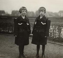 die Zwillinge Elli und Hilde (mit Brille) ca 1938