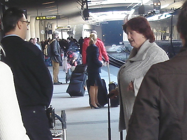 Big Boobs Mature Lady / Dame du bel âge à la poitrine volumineuse -  Aéroport Kastrup de Copenhague / Copenhagen Kastrup airport.