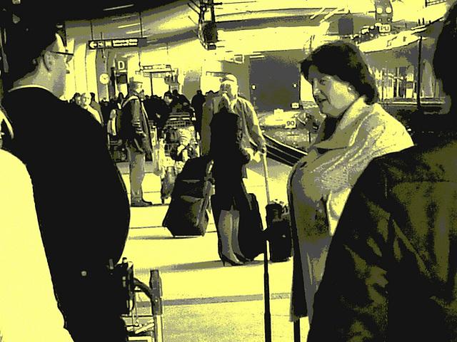 Big Boobs Mature Lady / Dame du bel âge à la poitrine volumineuse -  Aéroport Kastrup de Copenhague / Copenhagen Kastrup airport . 20 octobre 2008 - Vintage  postérisé