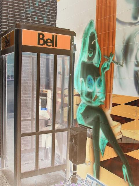 La Bell en talons hauts /  The Bell Lady in high heels - Montréal, Québec. CANADA -  24-04-2010 - Négatif