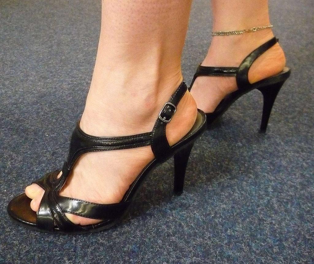 Mon amie / My friend Sabine -  Essayage de talons hauts en boutique / High heels shoes fitting - Avec / with permission.   Juin 2010
