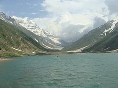 Lago Saif-Ul-Muluk en la Nordo de Pakistano