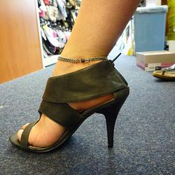 Mon amie / My friend Sabine -  Essayage de talons hauts en boutique / High heels shoes fitting