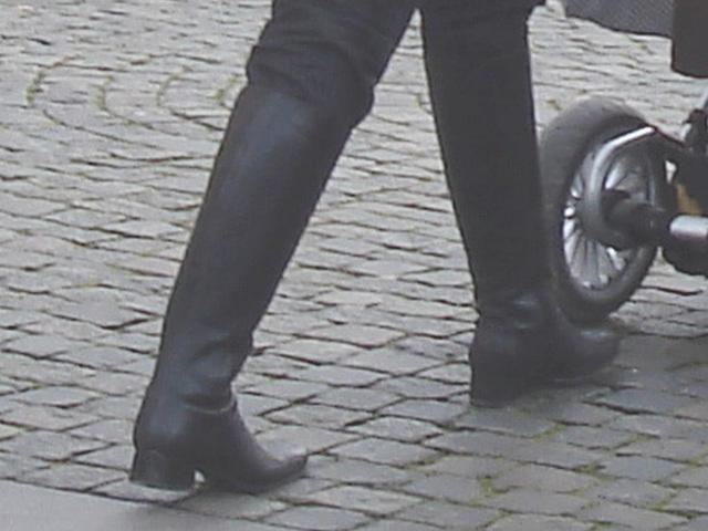 Swedbank Blond mom in SS boots with her readhead friend /  Maman blonde en bottes SS avec sa copine rouquine gentil -  Ängelholm / Suède - Sweden.  23-10-2008