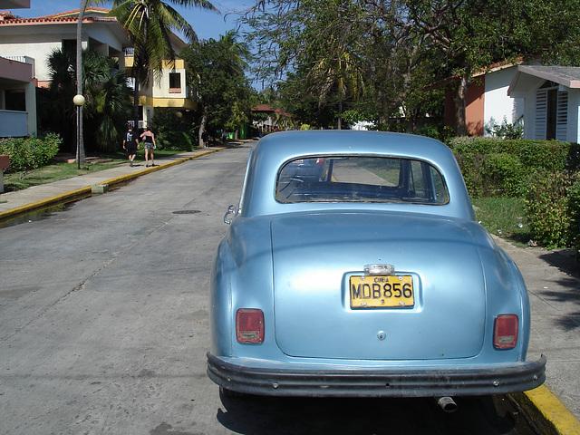 Old car with short skirt and high heels / Voiture ancienne avec jupe courte et talons hauts - Varadero, CUBA - 9 février 2010
