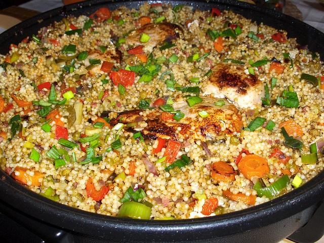 Couscous mit Hühnchen an Gemüse