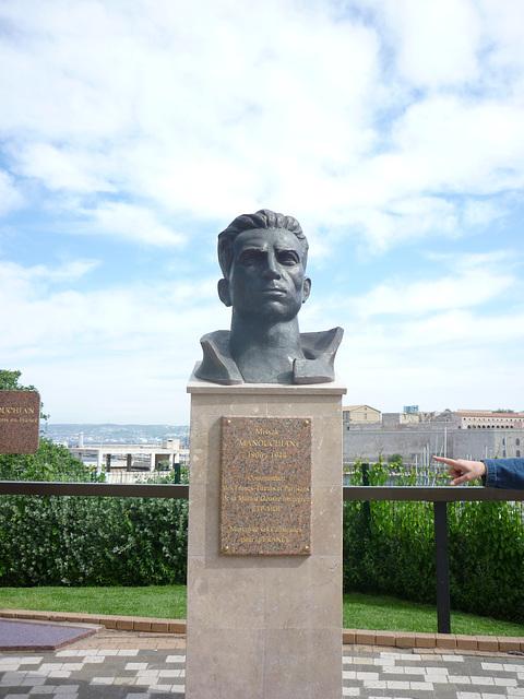 Marseille jardin du Pharo Missak (dit Michel) Manouchian Միսաք Մանուշյան  Missak Manouchian) est poète français d'origine arménienne,militant communiste de la MOI et commissaire militaire des FTP-MOI