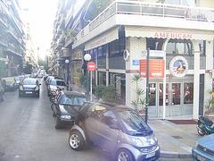 une rue d'Athène avec petite voiture sympa