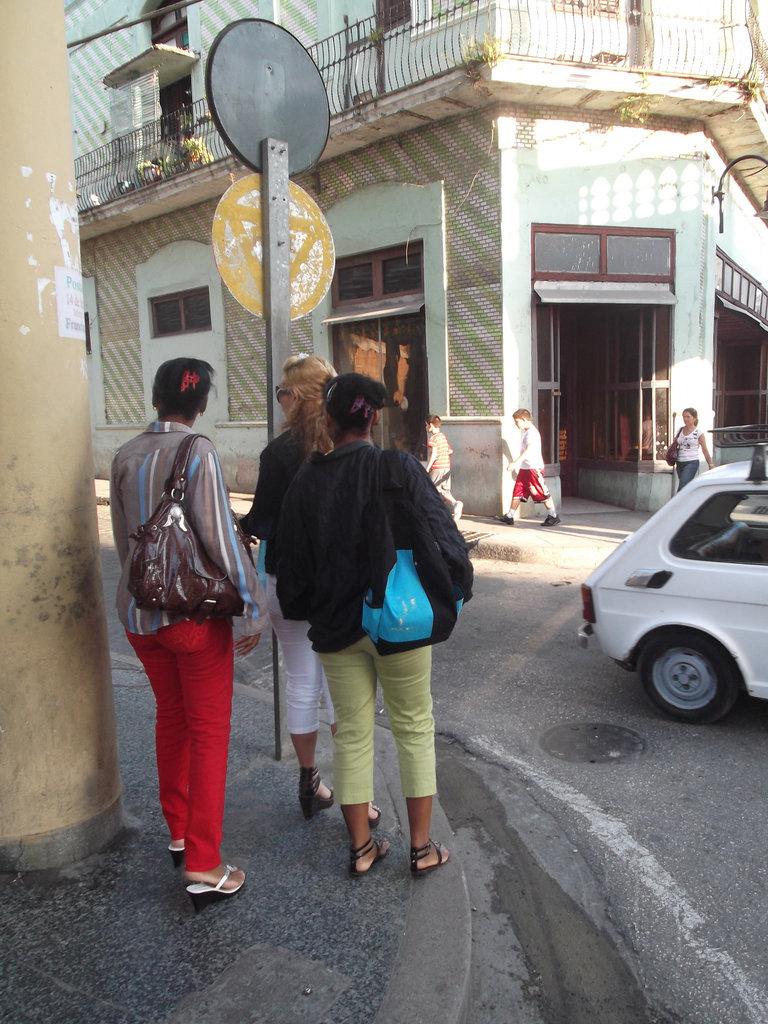 Cubaines en talons hauts / Cuban girls in high heels.