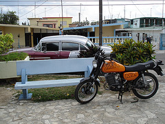 Old car and motorcycle / Voiture ancienne et moto cubaine