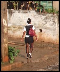 Rainy tags cuban girl / Cubaine sexy parmi les graffitis - Recadrage.