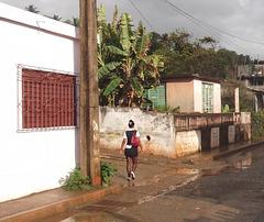 Rainy tags cuban girl / Cubaine sexy parmi les graffitis - Recadrage